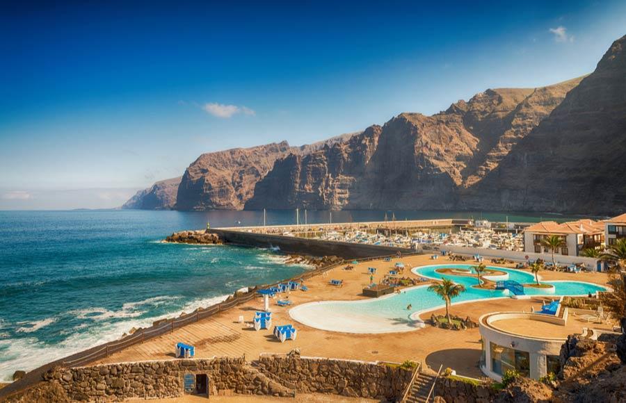 Kliffen en zwembad Los Gigantes