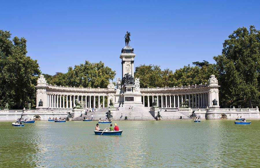 Parque del Buen Retiro met Monument Alfonso
