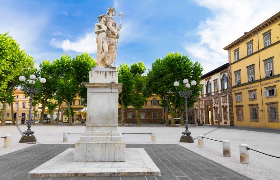 Het plein Piazza Napoleone in Lucca