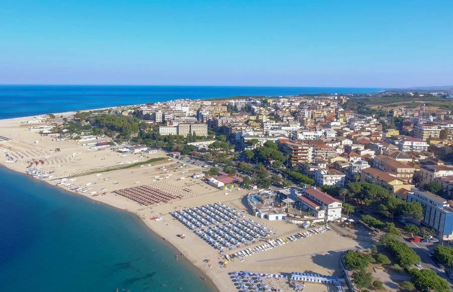 Uitzicht op Soverato met strand in Calabrië