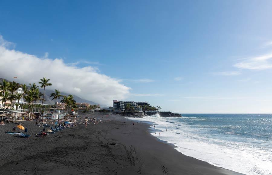 Puerto Naos met zwart lavazand
