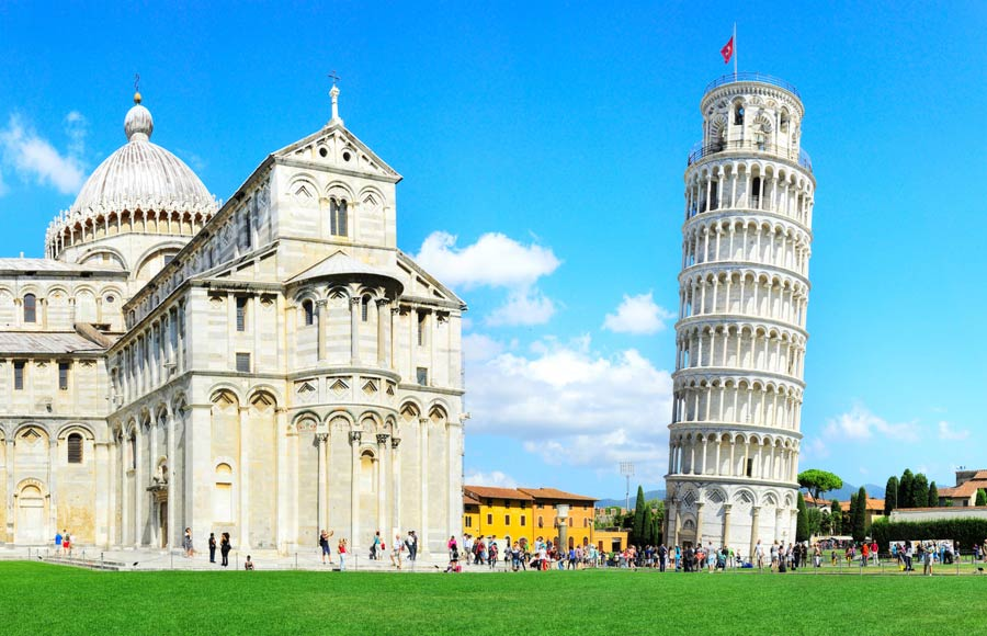 Toren van Pisa naast de kathedraal