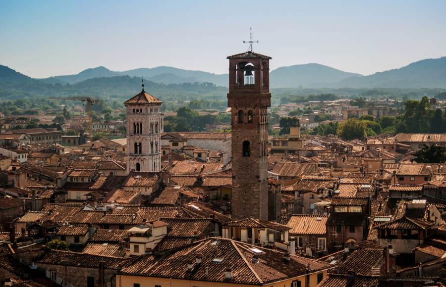 De toren Torre Delle Ore in Lucca