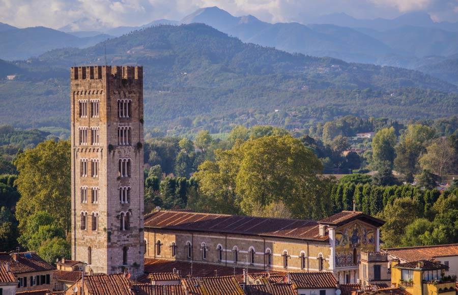 De bekende toren Torre Guinigi in Lucca
