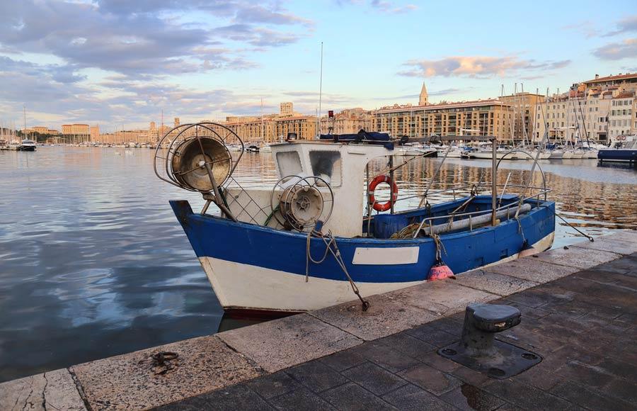 Vissersboot in haven Guai des Belges in Marseille