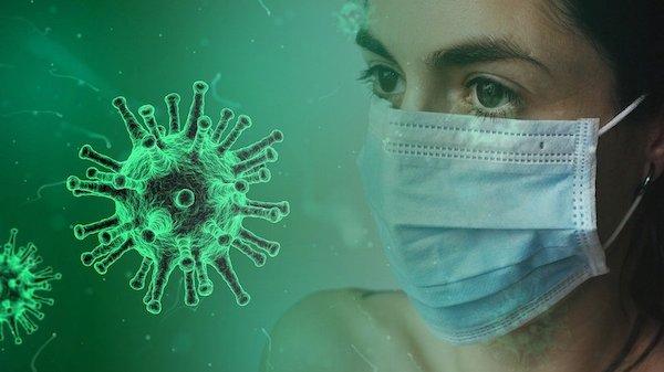 Vrouw met mondkapje tegen coronavirus