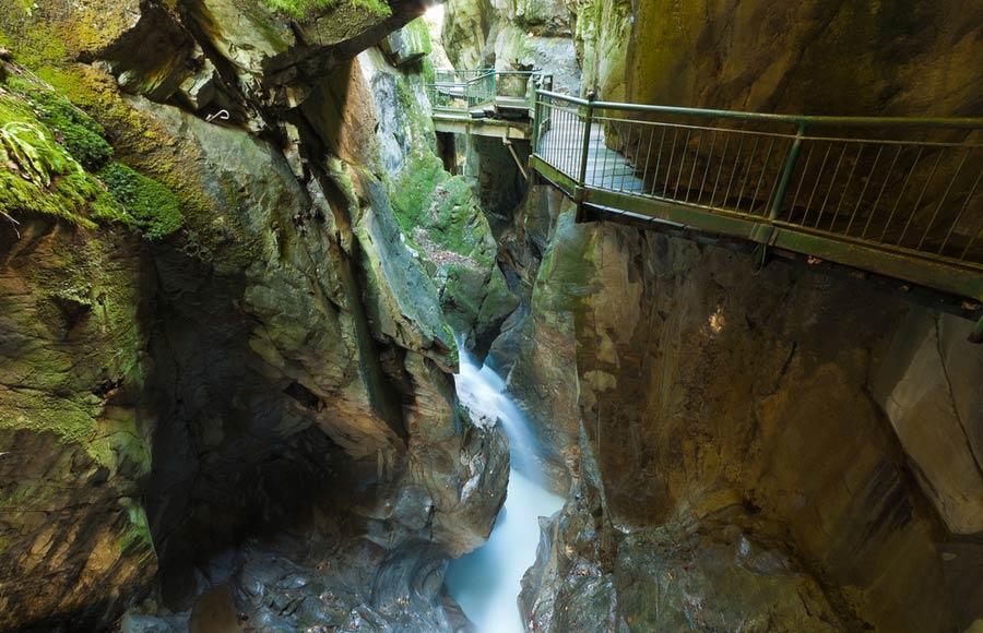 Wandelpad langs de waterval in Bellano aan het Comomeer
