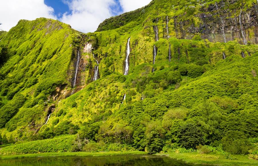 Watervallen in de natuur op Flores